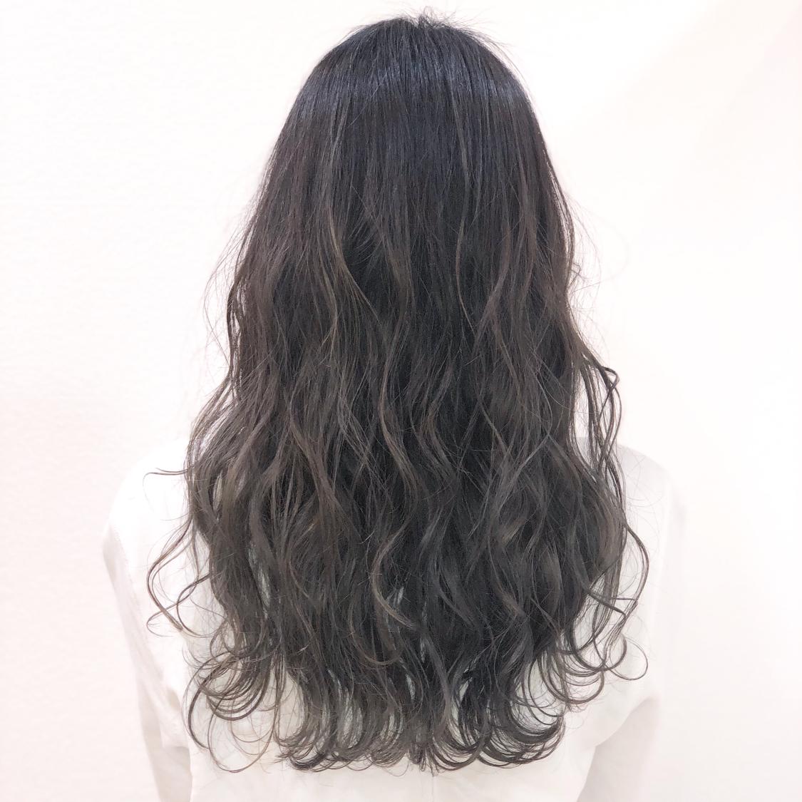 【アッシュグレージュcolor】 バレイヤージュ履歴あり!  全体ブリーチだと髪へのダメージが心配で、色落ちの金髪も気になる方が多いと思います。 でも透明感欲しくて、綺麗な色やしたい色はブリーチ使用してる事が多いので、今回はバレイヤージュを全体に入れて理想的な透明感あるアッシュグレージュを実現!  一度バレイヤージュ入れてたら 毎回ブリーチしなくても履歴あればワンカラーで何度か楽しめるのでオススメです^ ^  仕上げは26㍉で波&mix。  N.ポリッシュオイルで完成!  #岡山美容室#岡山美容師#サロンモデル#サロンスタイル#ブリーチなしグレージュ #外国人風グラデーションカラー#hair#オシャレ#波ウェーブ#hairstyle#haircolor#3dカラー#髪型#古作蓮#フォローしてくれた人全員フォローする #外国人風#beauty#西海岸風#撮影モデル#美容室MICHI#michi富田店#大元駅#大元駅美容室#stylist#followme#オリーブアッシュ #カリスマ美容師#オリーブカラー #サロンワーク#外国人風カラー