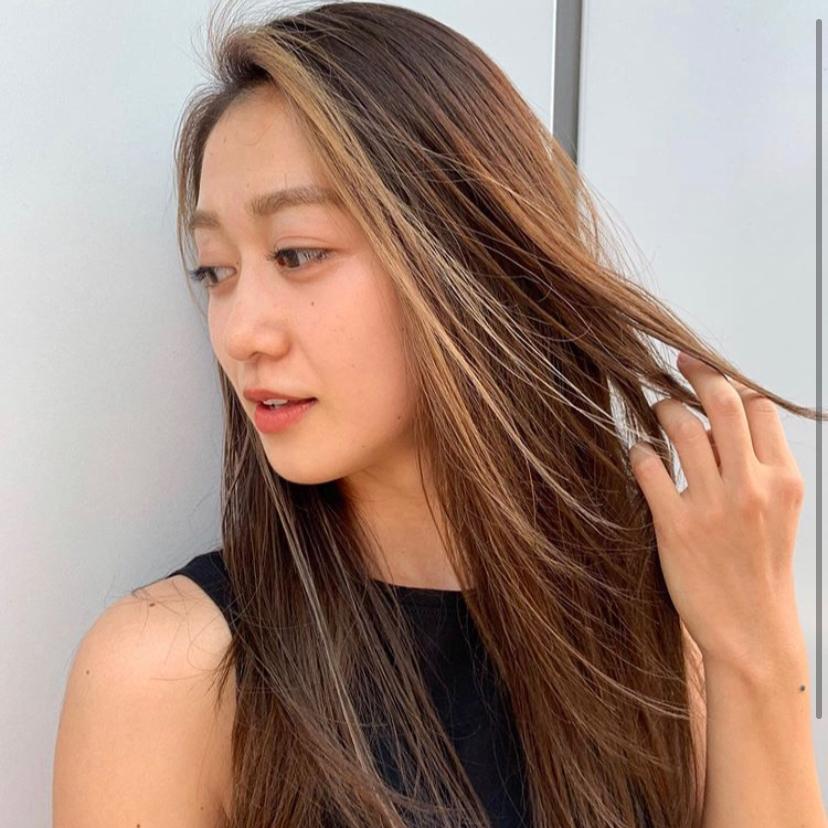 フェイスフレーミング  フェイスフレーミングとは?       ↓ ▽顔周りに入れるハイライトカラー。  フェイスラインを縁取るようにハイライトを  入れることでシルエットが引き立ちます。  ▽おすすめは前髪をメインにフェイスラインに沿って、薄いスライシングのハイライトでスタイリッシュに。 . どんなヘアスタイルにも相性よく、オシャレ感を出してくれるハイライト💡 ▽ PEEK-A-BOOならではの骨格、髪質、顔の形などを計算した上質なベースカットを駆使して、お客様ひとりひとりの雰囲気に似合うカットをさせていただきますご自宅での再現性、持ちの良さも完璧です。   DMからの無料カウンセリングを行っております。 ◎DMからのご予約も可能です。  お気軽にご相談下さい。  〜〜〜〜〜〜〜〜〜〜〜〜〜〜〜〜〜〜〜〜〜〜  PEEK-A-BOO  NEWoMan 新宿 . 営業時間 平日〜土曜日 11時〜21時 日曜日    11時〜20時  料金 カット7000円 カットなしの場合、シャンプーブロー料金3800円 が必要になります🙇♂️ カラー8000円〜 フェイスフレーミングのみ6000円〜 カット+フェイスフレーミング 14000円〜 パーマ8000円〜 トリートメント5000円〜   新宿区新宿4-1-6 NEWoMan新宿4F  TEL 03 5361 6003  ビル内に駐車場完備🚘車でのご来店も可能です。 〜〜〜〜〜〜〜〜〜〜〜〜〜〜〜〜〜〜〜〜〜〜  ✔️web予約はプロフィール覧のURLから📲 (どのwebサイトからご予約いただいても料金は変わりません。)  ✔️DMからのご予約、ご質問も受け付けております。メニューの選択にお迷いの場合はお気軽にご相談くださいませ。 【@totshiyaato】  #フェイスフレーミング #フェイスフレーミングハイライト