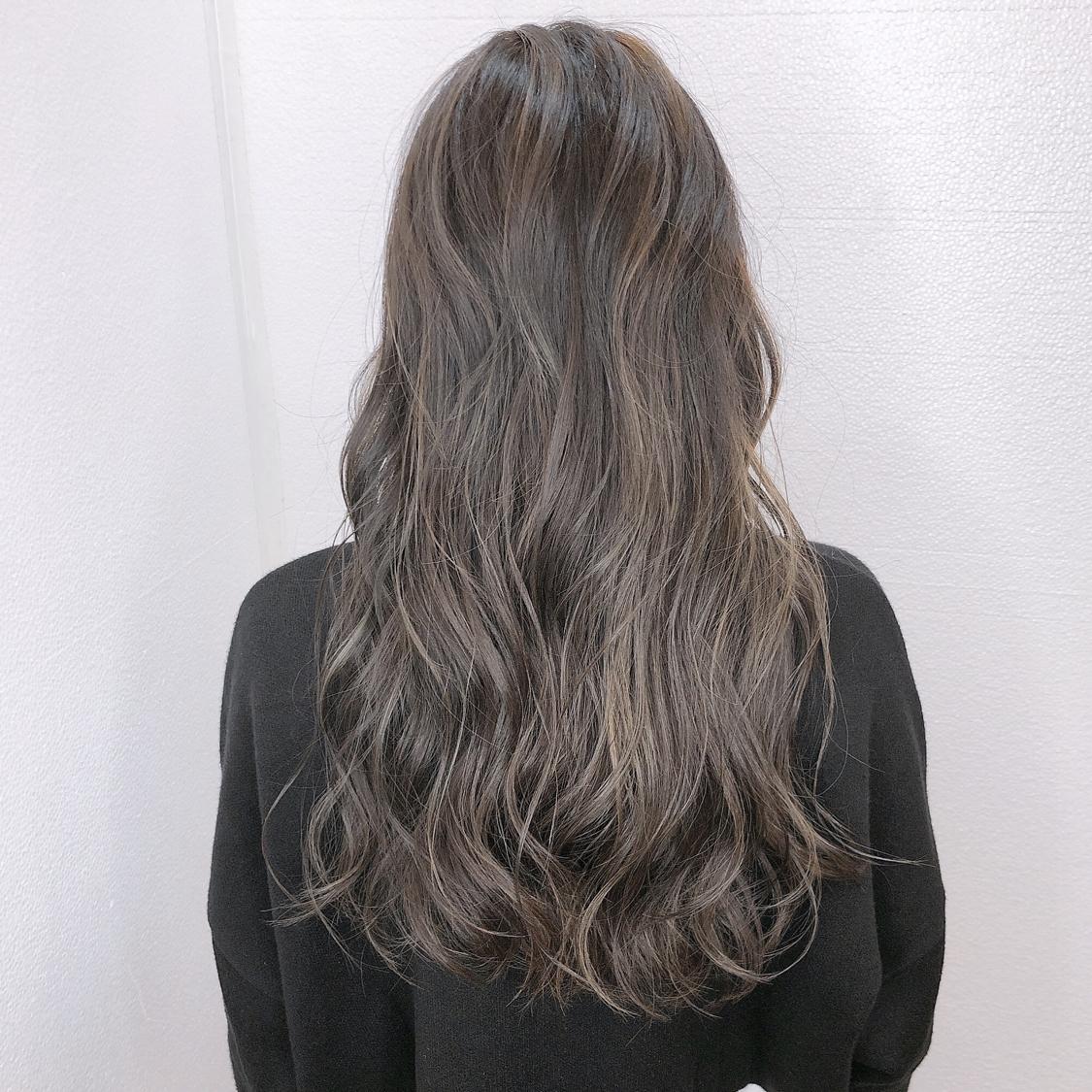 【アッシュグレージュcolor】 ハイライトcolor!  全体ブリーチだと髪へのダメージが心配で、色落ちの金髪も気になる方が多いと思います。 でも透明感欲しくて、綺麗な色やしたい色はブリーチ使用してる事が多いので、今回はハイライトを全体に入れて理想的な透明感あるアッシュグレージュを実現!  一度ハイライト入れてたら 毎回ハイライトしなくても履歴あればワンカラーで何度か楽しめるのでオススメです^ ^  N.ポリッシュオイルで完成!  #岡山美容室#岡山美容師#サロンモデル#サロンスタイル#ブリーチなしグレージュ #外国人風グラデーションカラー#hair#オシャレ#波ウェーブ#hairstyle#haircolor#3dカラー#髪型#古作蓮#フォローしてくれた人全員フォローする #外国人風#beauty#西海岸風#撮影モデル#美容室MICHI#michi富田店#大元駅#大元駅美容室#stylist#followme#オリーブアッシュ #カリスマ美容師#オリーブカラー #サロンワーク#外国人風カラー
