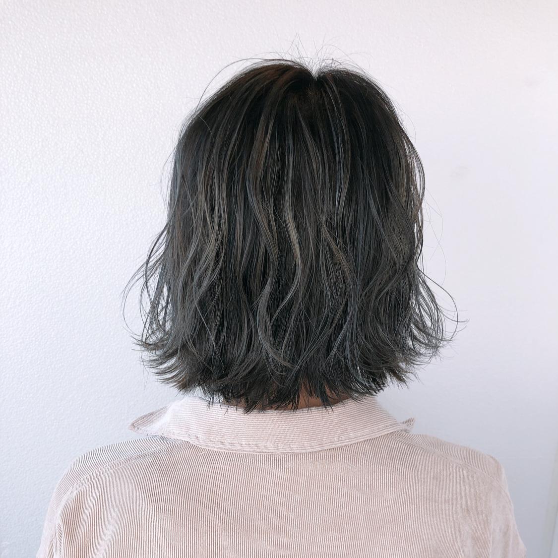 【グレージュハイライトcolor】 傷まないブリーチ使用! ●ハイライトカラー  全体ブリーチだと髪へのダメージが心配で、色落ちの金髪も気になる方が多いと思います。 でも透明感欲しくて、綺麗な色やしたい色はブリーチ使用してる事が多いので、今回はハイライトを全体に入れて理想的な透明感あるアッシュグレージュを実現!  一度ハイライト入れてたら 毎回ハイライトしなくても履歴あればワンカラーで何度か楽しめるのでオススメです^ ^  N.ポリッシュオイルで完成!  #岡山美容室#岡山美容師#サロンモデル#サロンスタイル#アッシュグレー #外国人風グラデーションカラー#hair#オシャレ#鬼滅カラー #hairstyle#haircolor#3dカラー#髪型#古作蓮#岡山美容院 #外国人風#beauty#西海岸風#撮影モデル#美容室MICHI#michi富田店#大元駅#大元駅美容室#stylist#followme#アッシュベージュ #カリスマ美容師#アッシュグレー #サロンワーク#外国人風カラー