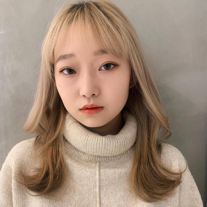 韓国レイヤースタイル×ブロンドカラー . レングスはキレイに整えて、顔周りのレイヤーは2段階でつけています✨ . ブロンドが相性抜群ですごく可愛い💕 . 前髪は大きめのマジックカーラーで少しだけ丸みをつけて→ベースはワンカール+顔周りはリバースで巻いてあげることで流行中の韓国レイヤースタイルに🙆♀️ . 仕上げも楽ちんで可愛くなるのがこのヘアスタイルの特徴です✨ . 丁寧なカウンセリングであなたのお好みのヘアスタイルに😊 . ▽ PEEK-A-BOOならではの骨格、髪質、顔の形などを計算した上質なベースカットを駆使して、お客様ひとりひとりの雰囲気に似合うカットをさせていただきますご自宅での再現性、持ちの良さも完璧です。  DMからの無料カウンセリングを行っております。 ◎DMからのご予約も可能です。  お気軽にご相談下さい。  〜〜〜〜〜〜〜〜〜〜〜〜〜〜〜〜〜〜〜〜〜〜  PEEK-A-BOO  NEWoMan 新宿 . 営業時間 平日〜土曜日 11時〜21時 日曜日    11時〜20時  料金 カット7000円 カラー8000円〜 フェイスフレーミングのみ6000円〜 カット+フェイスフレーミング 13000円〜 カラー+フェイスフレーミング 14000円 パーマ8000円〜 トリートメント5000円〜  新宿区新宿4-1-6 NEWoMan新宿4F  TEL 03 5361 6003  ビル内に駐車場完備🚘車でのご来店も可能です。 〜〜〜〜〜〜〜〜〜〜〜〜〜〜〜〜〜〜〜〜〜〜  ✔️web予約はプロフィール覧のURLから📲 (どのwebサイトからご予約いただいても料金は変わりません。)  ✔️DMからのご予約、ご質問も受け付けております。メニューの選択にお迷いの場合はお気軽にご相談くださいませ。 【@totshiyaato】  #フェイスフレーミング #韓国レイヤースタイル