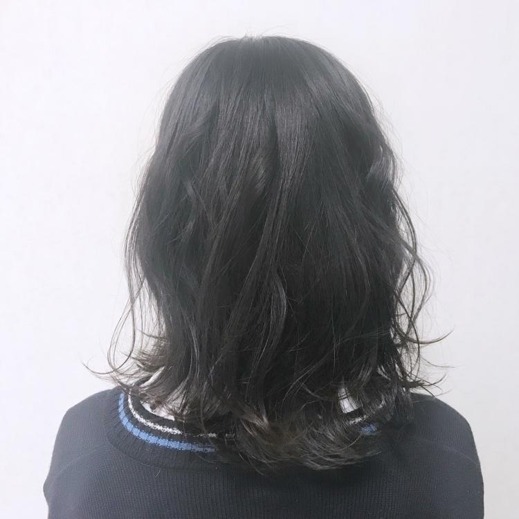#黒髪#ミディアムヘア#外ハネ#波ウェーブ#ネイビーブラック#ゆる巻き#シースルーバング