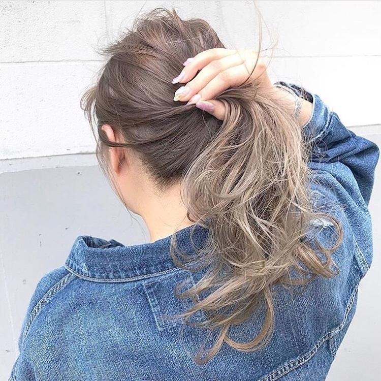#パールアッシュ×ハイグラデーション . . 髪に最高の輝きと透明感を✨ . 最近は毎日Instagram、ブログをみてのDMを沢山いただけていて本当に感謝です♫ . 全国から初めてのご来店のお客様が多くてめちゃ嬉しい^ ^ . ご期待以上の仕上がりを目指して日々努力と工夫をしていきます^ - ^ . ぜひご相談ください!! ご来店からに2時間後にはドラマチックに変えた貴方をお見せします^ ^ . . ◼️春夏のhairチェンジお任せください♫素敵に可愛くします^ ^ご連絡ぜひお待ちしてますね(^^) . 担当 公式クリッパー 【落合健二】Cchannelでの 《ちょこっと変化で可愛くなろう♫1分でできちゃう!簡単ヘアアレンジ!の動画達はこちら》 🔻🔻🔻 https://www.cchan.tv/clipper/796121/  公式LINEブロガー 🔻🔻🔻 https://lineblog.me/ochiai_kenji/  ぜひ落合に髪をやってもらいたい方、 ご予約やご相談、お仕事のご依頼、ご質問、等ありましたら、DMまたはLINEにてご連絡お待ちしてますね☆ . . 24時間ご予約うけたまわってます! LINEメッセージにて下記をお知らせください . 1.予約したい日にち . 2.予約したい時間 . 3.メニュー . 4.お名前 . 空き状況を確認して必ず返信させて頂きます(^ー^) . 絶対に可愛くします!!#スモーキーアッシュ #haircolor #アッシュグレー #インナーカラー #内巻き #バレイアージュ #イメチェン #ショートボブ #ボブ #ハイトーンカラー #ダブルカラー #美容学生 #サロンモデル募集 #ポニーテール #ファッション #髪型 #ラベンダーカラー #美容 #ヘアアクセサリー #ブロンド #くるりんぱ #ルーズアレンジ #ヘアアレンジ動画 #スタイリング動画 #波巻き #波ウェーブ #お団子ヘア #ピンクアッシュ #ピンクグラデーション