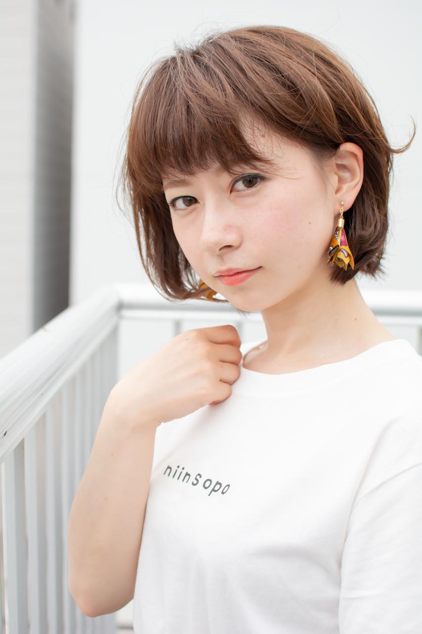 スタイリスト斉藤です。オークル系のベージュカラーで、透け感のあるやわらかさを表現しました。「ピアス」「ロゴT」[迷彩スカート」作りました。#女っぽ#ピアス#オークル#カラー #オフィス #ナチュラル #ミディアム 女子会#大人かわいい #ショートボブ #ブラウン #うざバング コンテスト #丸顔