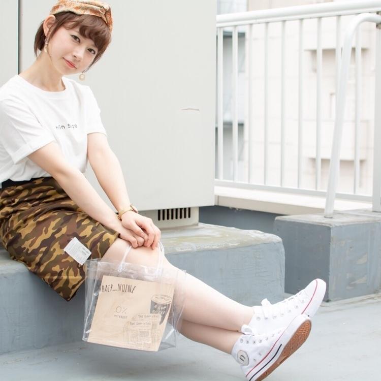 スタイリスト斉藤です。オークル系のベージュカラーで、透け感のあるやわらかさを表現しました。「ピアス」「クロスターバン」「ロゴT」[迷彩スカート」「クリアバッグ」作りました。#女っぽ#ピアス#オークル#カラー #オフィス #ナチュラル #ミディアム#女子会#大人かわいい #ショートボブ #ブラウン #丸顔#迷彩スカート#クリアバッグ #流し前髪#コンテスト#ターバン#ヘアバンド