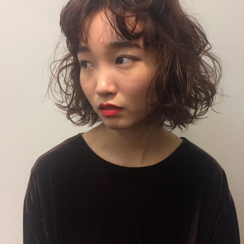 ((kurukuru perm❤︎))  ショートボブのパーマがkawaii❤︎  オラプレックスでのケアパーマは +¥1500でできます🌼   ご予約はコメント、DMからお気軽にお問い合わせ下さい🌱 hairの相談colorの相談もいつでもご連絡お待ちしてます🐰🌼   #ヘアアレンジ#ヘアカラー#韓国#medium#ミディアム#korean#ショートボブ#ボブ#bob#perm#パーマ#オラプレックス#kawaii#東京#代官山#美容室#ヘアサロン#美容師#お洒落#VEGA#hair#コンテスト