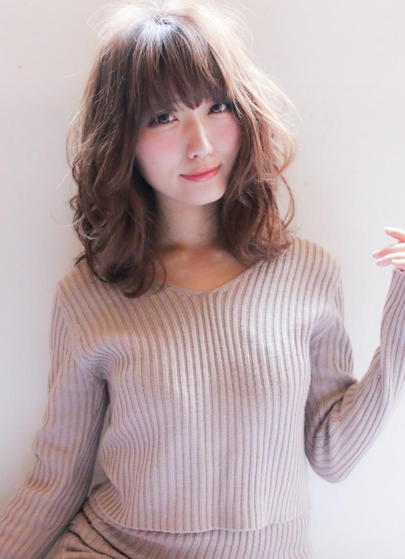 【前髪あり×ミディアムパーマ】でフェミニンな髪型にアップデート♡