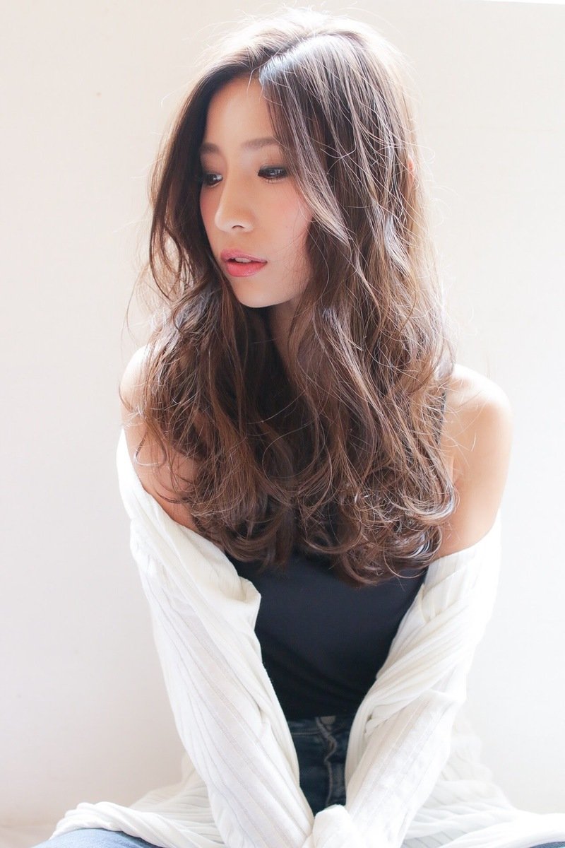 流行髪型の【センターパート×ロング】で大人かわいいをつくる♪