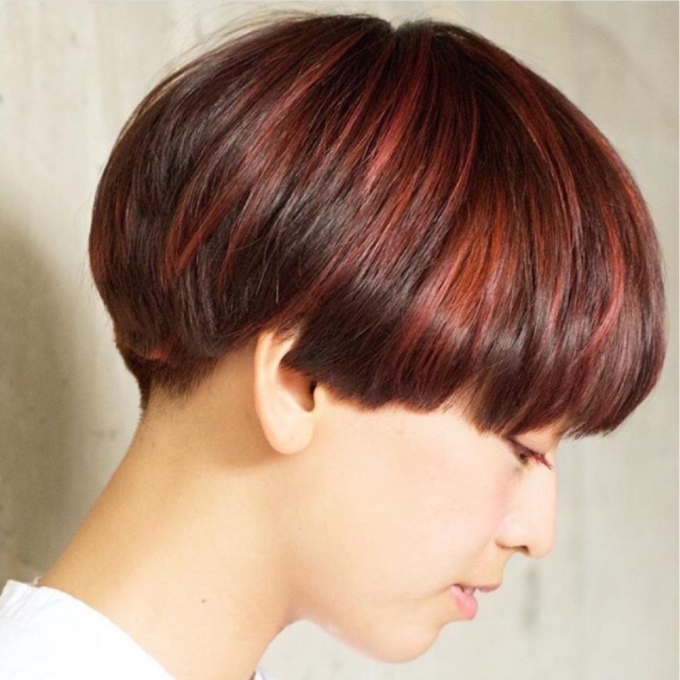 00d74bb261603 赤のインナーカラー×マッシュショートヘアはミックスされたようなインナーカラーでメンズ風