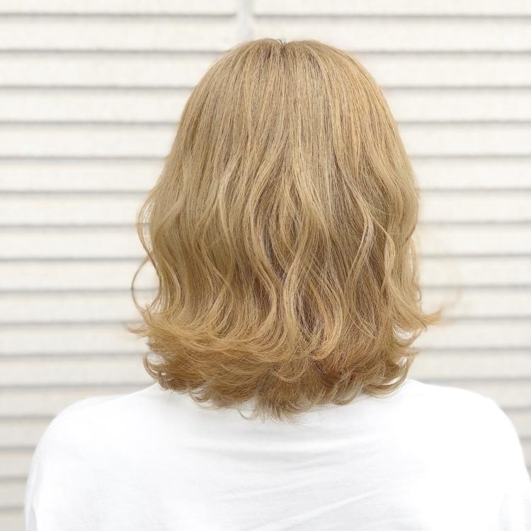 【#韓国人風カラー 】  ミディアムスタイル❗️ 全体ブリーチして 上品な金髪に仕上がり⭐️ 仕上げ⇒26㍉でベースは  波ウェーブに仕上げて表面を少し束とってMIX巻きで立体感ある ヘアスタイルに✨ ✨ ✨✨✨ ✨N.✨ ✨ ✨ ✨✨✨ #岡山美容室#岡山美容師#サロンモデル#サロンスタイル#外国人風ハイライトカラー#グラデーションカラー #hair#オシャレ#波ウェーブ#hairstyle#haircolor#3dカラー#髪型#古作蓮#フォローしてくれた人全員フォローする #外国人風カラー #撮影モデル#美容室MICHI#michi富田店#大元駅#大元駅美容室#stylist#followme#パリピ #カリスマ美容師#アッシュグレー#サロンワーク#外国人風カラー#コンテスト