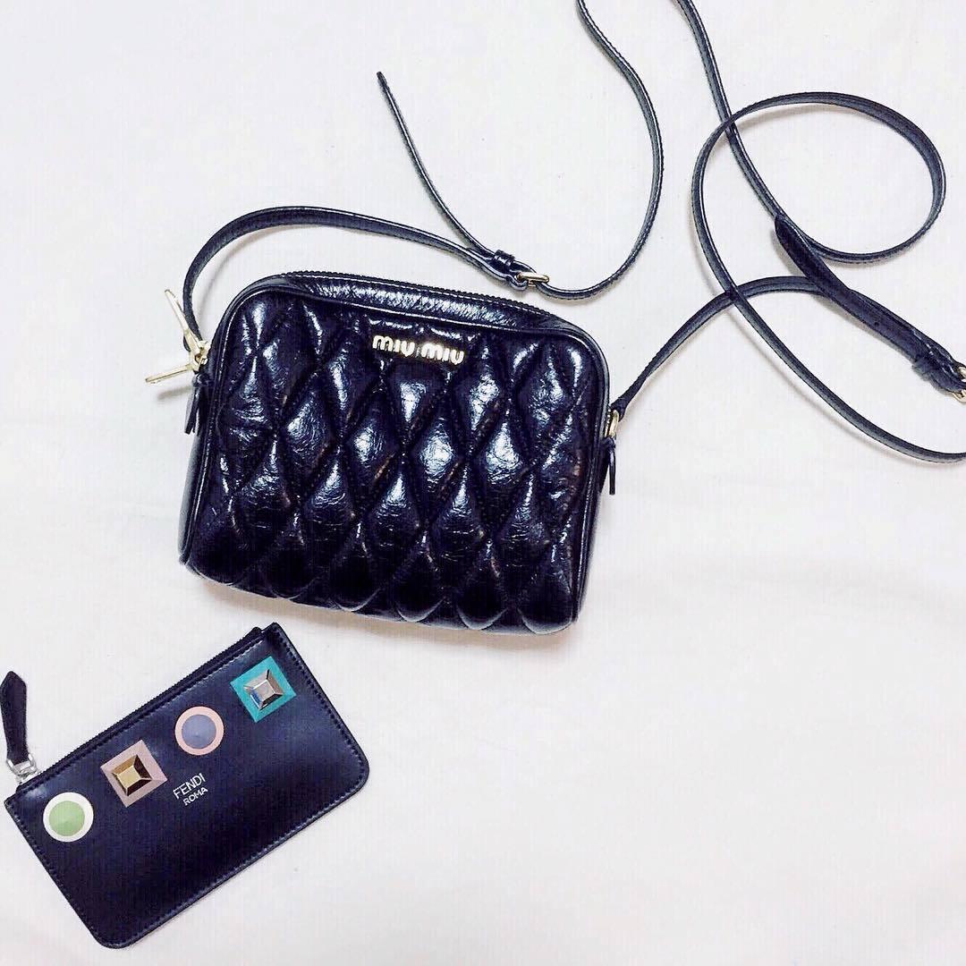 お気に入りのmiumiuのポシェットとFENDIのキーケース💓 でも…キーケースじゃなくてミニ財布としても使っています! ポシェットにはいつも使っている長財布が入らなくて… だからこのポシェットを使う時専用のミニ財布🌟 とってもお気に入りです!もちろんポシェットも! メインの財布じゃないから、いつも選ばないような少しポップなデザインを選んだのもこだわり😋(編集部R) . . ------------------------------------------------------- #miumiu #FENDI #財布 #カバン #おすすめ #おしゃれ #置き画 #置き画くら部 #ハンドバッグ #かわいい #大人 #ブランド #フェンディ #キーケース #お気に入り #ミニ財布 #大人可愛い #カバンの中身 #レディ #instagood #photojenic #fashion #bag #黒 #愛用 #ご褒美 #ARINE編集部 #フォローお願いします