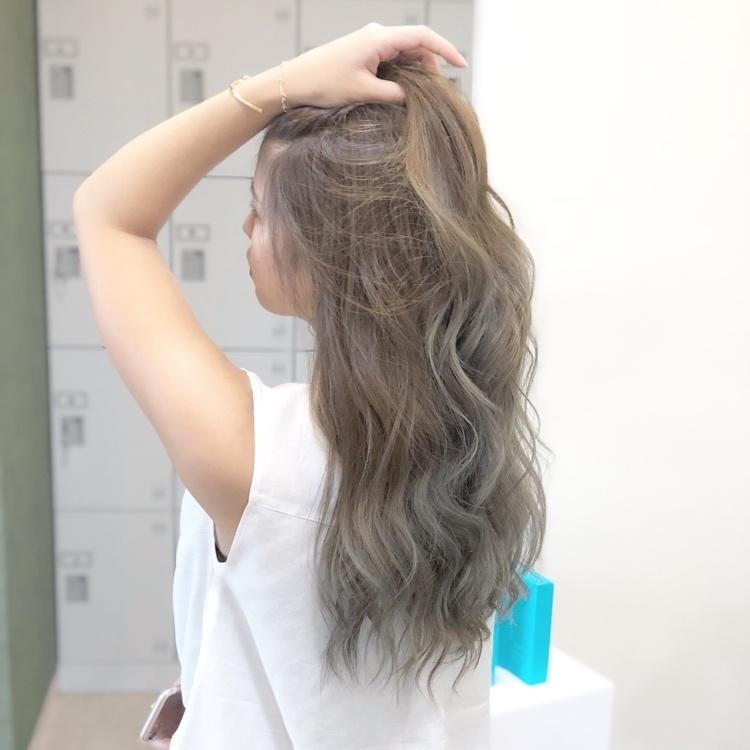 【外国人グラデーションカラー】‼️ ブリーチ使用✨ 根元は暗めアッシュを入れて、毛先は明るいカラーでグラデーションカラー⭐️ 自然なグラデーション、リアル外国人カラーに‼️ 仕上げ→26㍉で外国人風MIX巻き★ ✨ ✨ #haircolor#f4f #ローライト#アッシュカラー#hairstyle #撮影#ヘアスタイル#ヘアカタログ#ヘアアレンジ#アレンジ#波ウェーブ#外国人風ヘアカラー #ヘアセット#haircolor #グラデーションカラー #hawaii #巻き髪#外国人風 #撮影モデル募集 #シルバーアッシュ #岡山美容室#岡山美容師#美容室MICHI#古作蓮#外国人風ヘアカラー#サロンモデル #salon #ハイライト #パリピ #hairset