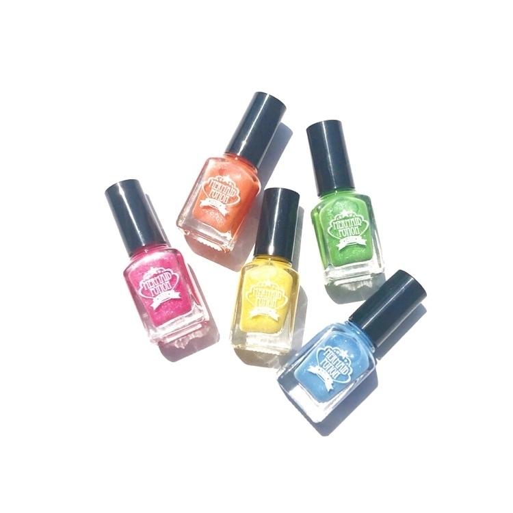 #おすすめ  #100円ショップ #セルフネイル #ネイルカラー  キラキラがかわいい100均のネイルカラーはセルフネイル派さんにおすすめ。夏新色はマーメイドみたいなカラー!