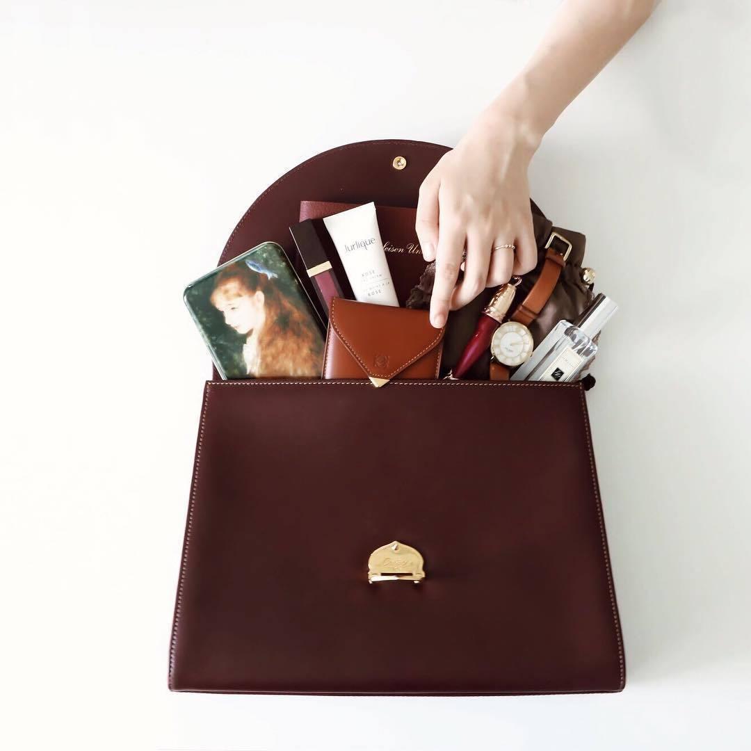 通勤バッグはクラシックに 中身はビンテージ感のある色味で揃えています   持ち物は最小限に抑えつつ 気分を高めるための香水とハンドクリーム、 リップは必需品 ✍︎   こだわった #カバンの中身 なら 少しだけ1日が楽しくなるかもしれません (編集部N)   ------------------------------------------------------- @arine_beauty ではコスメ/メイク/ファッション/ヘア/ネイルなど 《美容に関するお写真》を皆様から募集中! . . コスメの写真は【#arine_cosme】 ライフスタイルの写真は【#arine_style】 のタグをつけて投稿してください ♡ お写真を紹介させていただく場合がございます! . . ------------------------------------------------------- #bag #instagood #ヴィンテージ #かばんの中身 #シンプル #おしゃれ #インスタ映え #お洒落好きと繋がりたい #おしゃれ好き #置き画 #置き画倶楽部 #シンプル #ヴィンテージ #おすすめ #持ち物 #おでかけ #大人女子 #ミニ財布 #ミニマリスト #お仕事バッグ #化粧品 #コスメ #持ち歩きコスメ #カメラ女子 #フォローお願いします #バッグの中身 #whatsinmybag