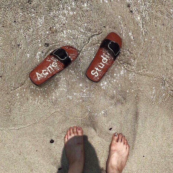 夏の足元を彩るacne studiosの赤サンダル 綺麗めコーデにも、カジュアルコーデにも使える万能アイテム  脱いだ時に見えるブランドロゴにも心が弾みそう  残り少ない平成最後の夏を、 とびきりのサンダルで過ごしてみては? ◆photo by ... @sysysysy_0623 さん ご協力ありがとうございました 𓅮𓇼 ------------------------------------------------------- @arine_beauty ではコスメ/メイク/ファッション/ヘア/ネイルなど 《美容に関するお写真》を皆様から募集中! . . ファッションの写真は【#arine_ootd】 のタグをつけて投稿してください ♡ お写真を紹介させていただく場合がございます! . . ------------------------------------------------------- #acnestudios #acne #instafashion #shoes #アクネストゥディオズ #アクネ #靴 #足元倶楽部 #カジュアルファッション #大人女子 #大人コーデ #海 #夏コーデ #お洒落好き #お洒落好きな人と繋がりたい #フォトジェニック #インスタ女子 #お洒落女子 #海 #コーデ #フォローお願いします #平成最後の夏