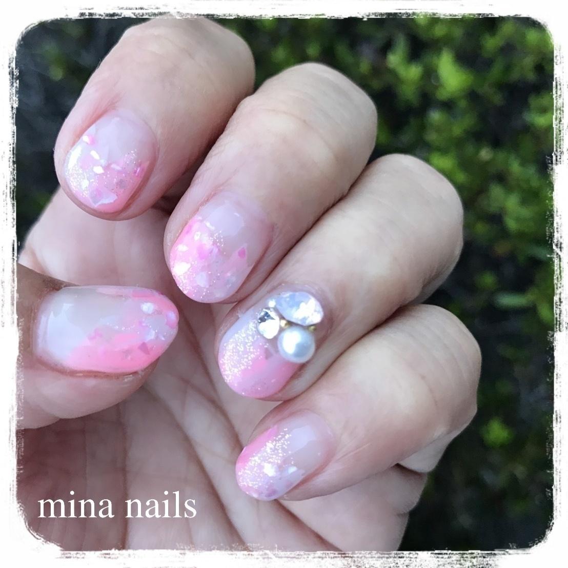 パステルネオンピンクとグレーの塗りかけがめちゃかわいかったのです😍  ピンクを塗った瞬間に、やば…🤤💕となり、なぜか小声になるっていう😆 ・ 秋のデザインもご用意していますが、今日は暑すぎたので、夏ネイルが出ました。 ・ #塗りかけネイル #ネオンカラーネイル #パステルネオンネイル #夏ネイル #3dビジュー #ジェルネイル #ネイルデザイン #大人ネイル #夏ネイル #大人可愛い