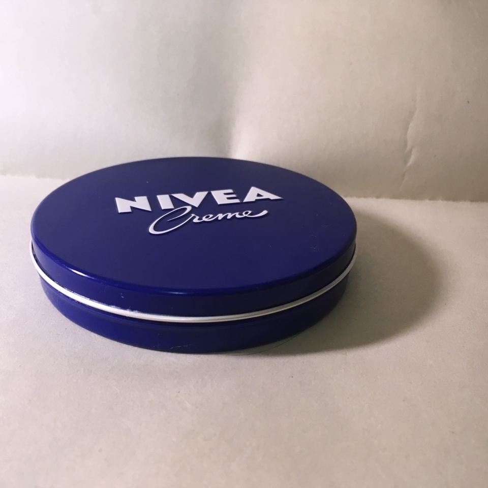 友だちから貰ったニベアの青缶。  なんとゲームセンターのUFOキャッチャーで取った景品だそうです!凄いですね~  夜用のスキンケアに使わせて頂いてます!ありがとう~  #ニベア #青缶 #クリーム #スキンケア #プチプラコスメ