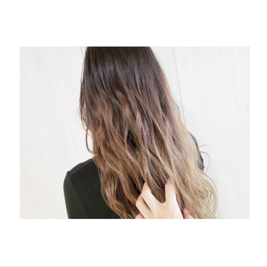 gm✨ 今日のスタイル✨  #グラデーションカラー   まだまだ人気のスタイル  約1年ぶりの来店! 何回も黒染めしてた髪の毛です。  黒染めは赤味がすごく出やすいです。  なので赤味を消しながら、#ミルクティーベージュ いれてます。  黒染めしてる方必見ですよ!  黒染めして諦めてる方1度ご連絡下さい!!  希望のスタイル叶えます!!  #hair #haircolor #hairstyle #ヘアアレンジ #ヘアスタイル #ヘアカラー #アディクシーカラー #イルミナカラー #エヌドット #外国人風グラデーション #外国人風カラー #ほそぴー #名古屋 #撮影 #ポートレート #サロモ #秋 #wtw #ronherman #supreme #nike #adidas