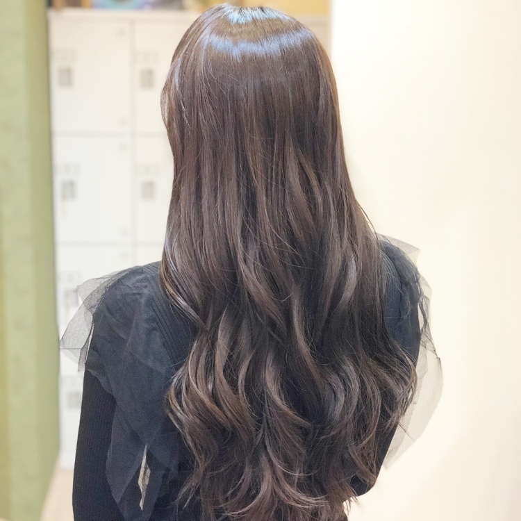 ✂︎✂︎✂︎ MICHI 富田店 ✂︎✂︎✂︎ 少し暗めに設定!!!! 色落ちが早い方や、艶髪に見せたい方にオススメカラーです‼️ 仕上げはハンドブローのみで 熱処理なしで、このツヤ感✨  カラーでのダメージが 心配な方でも 『艶髪カラーコース』  ダメージレスカラー&艶髪にできます✨ ***補足*** 🌟 ダメージのある髪を復元して 髪を綺麗にした状況からカラーをしていきます! 🌟🌟 カラー剤の有害物質を除去し、ダメージレスなカラー剤に変身! 🌟🌟🌟 1ヶ月持続トリートメントで 1番ダメージを受けている髪の毛をまとまりやすく、艶髪にしていきます! ✨✨✨ #岡山美容室#岡山美容師#サロンモデル#サロンスタイル#外国人風ハイライトカラー#外国人風グラデーションカラー#hair#オシャレ#波ウェーブ#hairstyle#haircolor#3dカラー#髪型#古作蓮#フォローしてくれた人全員フォローする #外国人風#beauty#西海岸風#撮影モデル#美容室MICHI#michi富田店#大元駅#大元駅美容室#stylist#followme#パリピ #カリスマ美容師#アッシュグレー#サロンワーク#外国人風カラー