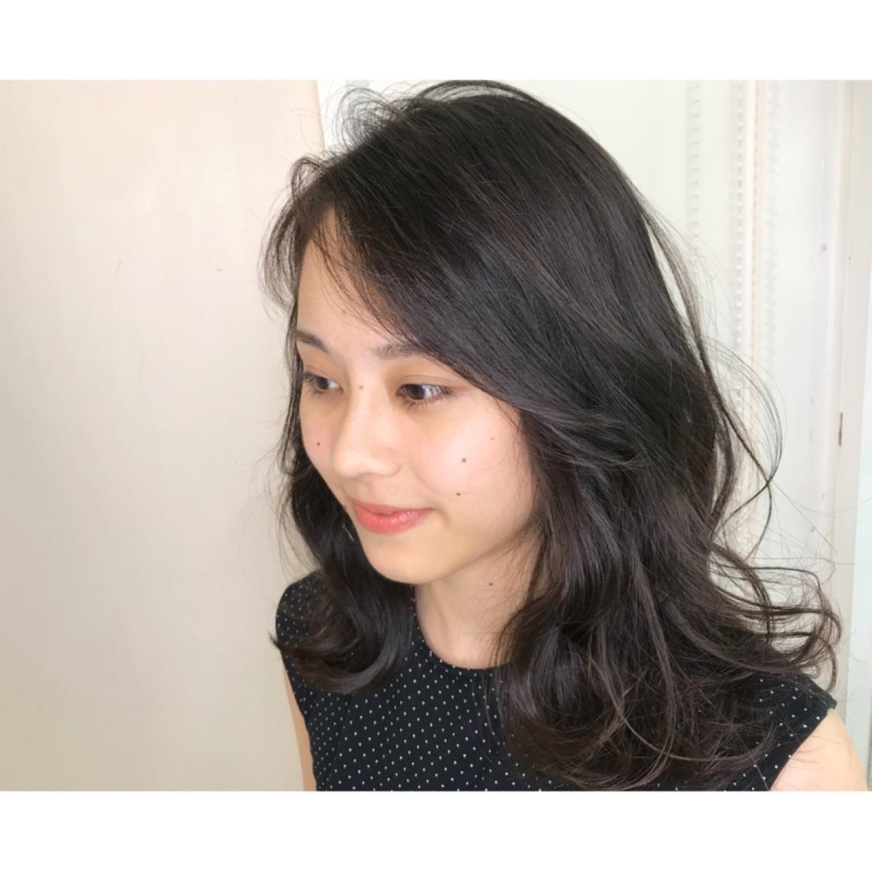 レイヤーふんわりスタイル♡   黒髪だと重たい印象になってしまいますが、 レイヤーを入れ、エアリー感を出して ふんわり女性らしいやわらかい印象に…💐   巻き髪スタイル、レイヤー必須❣️     #toniguy#toniandguy #toniguyebisu #ebisu#shibuya #layerd #トニガイ#トニーアンドガイ #トニガイ恵比寿 #恵比寿#恵比寿美容室 #ミディアム#レイヤー #恵比寿女子#大人女子 #撮影#撮影モデル