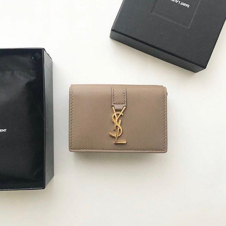 クリスマスプレゼントに、自分へのご褒美に。  いまお洒落さんが買っているおすすめ「ミニ財布」をブランド毎に紹介。  1年の終わりに、とっておきのお財布をゲットして 新しい気分で新年を迎えませんか?     ◆ @specialcrazygirl さん / @rinkoroom さん / @94813ankoro さん / @csm211123 さん / @run30a_ さん / @__aoicam さん / @__.izu さん / @23ss.___ さん  ご協力ありがとうございました 💌 ---------------------------------------------------- @arine_beauty では《美容に関するお写真》を皆様から募集中!  ライフスタイルに関する写真は【 #arine_style 】 のタグをつけて投稿してください。  ※お写真を掲載する際は必ず事前にご連絡いたします。 ---------------------------------------------------- #wallet #ミニ財布 #お財布 #fashion #instafashion #財布 #セリーヌ #二つ折り財布 #財布#おしゃれさんと繋がりたい#お洒落さんと繋がりたい#クリスマスプレゼント#プレゼント#コインケース #ミニウォレット #ミニマリスト #シンプルファッション #シンプル #洗練 #お洒落 #お洒落さんと繋がりたい #置き画 #置き画くら部 #ご褒美 #ちいさいふ #ミニマリストに憧れる #バレンシアガ財布 #憧れ #ミニサイズ
