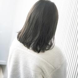 グレージュカラー。 最近はライムグリーンを足すのが、カワイイです(^^) . . CUT   ミディアム COLOR  7levelグレージュ  PERM  なし . . 【流し前髪グレージュミディ】 #前髪 #グレージュ #透明感  #ミディアムヘア #アッシュ #ナチュラル #ガーリー #キュート #カジュアル #ストリート #オフィス #流し前髪 #丸顔