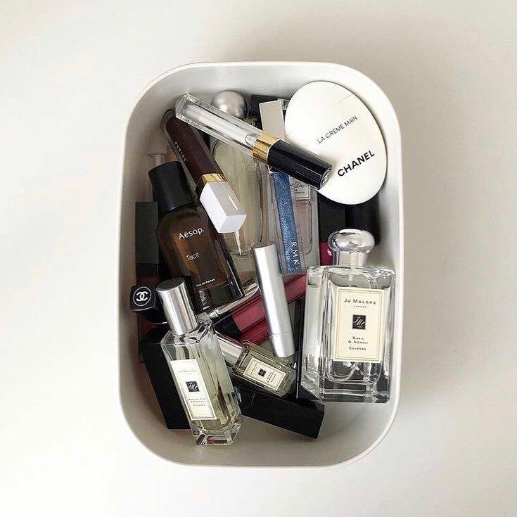 コスメ整理しよう…と思えど、毎日使うアイテムはまとめておいたほうが楽ちんですよね。  気分によって使い分ける香水もまとめて #無印良品 のケースにイン。   「毎朝ここからその日の気分で口紅と香水とハンドクリームを選んでカバンに入れる」 そんな @an.ak______ さんの収納術をご紹介させていただきました 🍃    ■ @an.ak______ さん □ご協力ありがとうございました ♡ ---------------------------------------------------- ARINEでは「毎日に、憧れを。」をテーマに コスメ、ファッション、ライフスタイルなど 様々なジャンルのお写真を募集しています .  ライフスタイルに関する写真は【 #arine_style 】 のタグをつけて投稿してください。  ※お写真を掲載する際は必ず事前にご連絡いたします。 . . . #コスメ収納 #コスメ #muji #すっきり暮らす #収納 #収納アイデア #収納スペース #プチプラ #プチプラ収納 #シンプルな暮らし #整理整頓 #無印 #無印良品収納 #無印収納 #白 #白インテリア #モノトーンインテリア #モノトーン#北欧インテリア #北欧風インテリア#片付け #コスメ収集 #時短 #今日のメイク #今日のコスメ #お洒落さんと繋がりたい #美容好きな人と繋がりたい #コスメ好きさんと繋がりたい