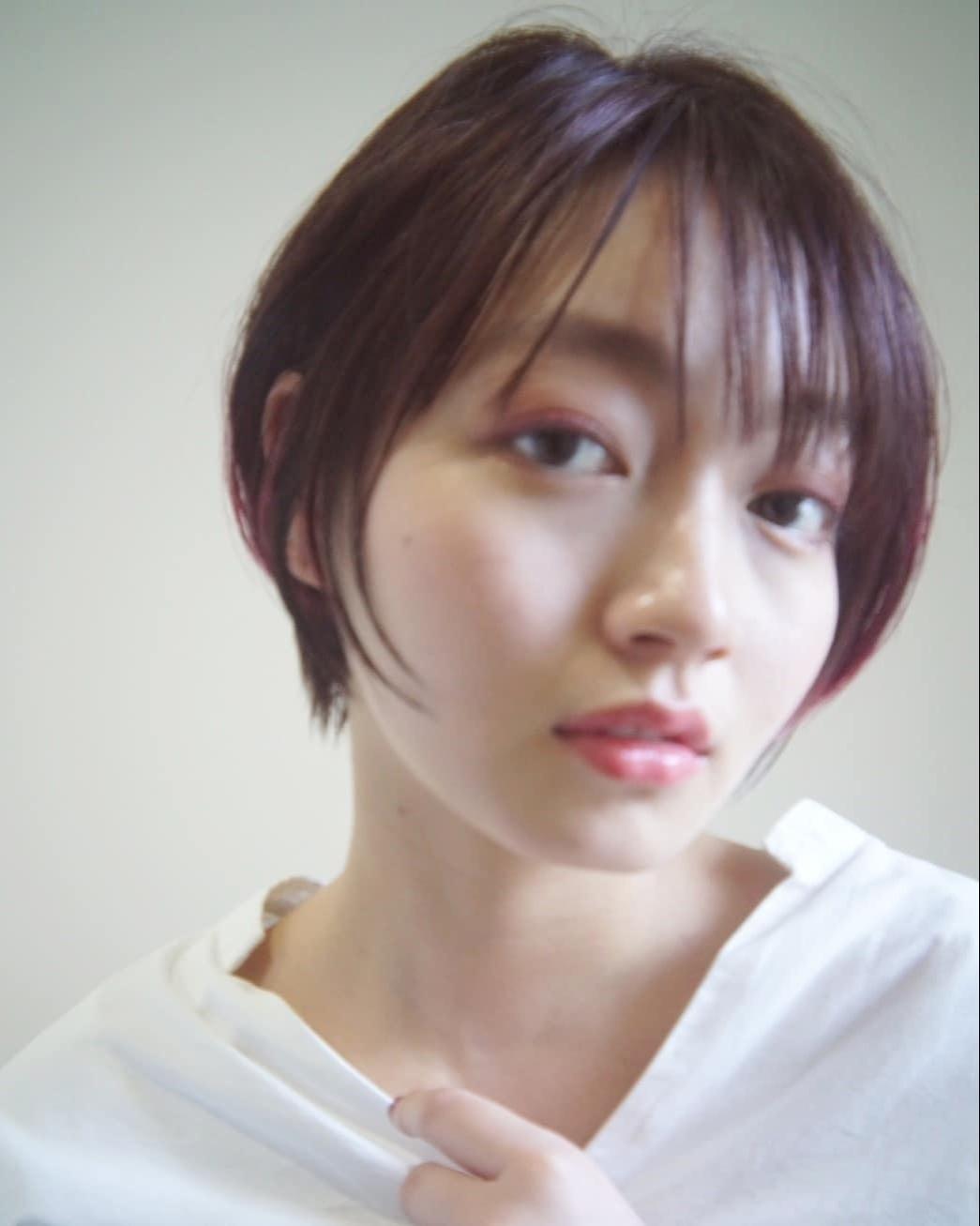 ショートボブ☆ こないだPEEK-A-BOO新宿店で撮影したオフショット📷  @tamaki0207matsumoto  PEEK-A-BOOならではの骨格、髪質、顔の形などを計算した上質なベースカットを駆使して、お客様ひとりひとりの雰囲気に似合うカットをさせていただきます✂️ ご自宅での再現性、持ちのよさもバッチリです✨  ご自分でどんなヘアスタイルが似合うかわからない方、  カットで雰囲気を変えてみたい方、  今までカットで満足したことがない方など、、 ぜひ一度ご来店ください😊  しっかりとしたカウンセリング→カットでお客様にピッタリのヘアスタイルに仕上げます✨  DMからのご予約もOKです🎵  ホットペッパーはプロフィールのところにあるのでそちらからのご予約も◎  @toshiyaato のお店はこちら↓  お電話、ネット予約どちらも可能です😊  PEEK-A-BOO NEWoMan 新宿  新宿区新宿4-1-6 NEWoMan新宿4F  TEL📲 03 5361 6003  皆様のご来店心よりお待ちしております🙇♂️ #peekaboo#ピークアブー#ニュウマン#NEWoMan#新宿#美容室#ヘアスタイル#髪型#ヘアカタ#ヘアカタログ#撮影#グラボブ#ボブスタイル#パーマスタイル #ボブヘア#阿藤俊也#似合わせ#似合わせカット#ショートボブ#ハンサムボブ#大人グラボブ#大人ハイライト#プレッピーのせて
