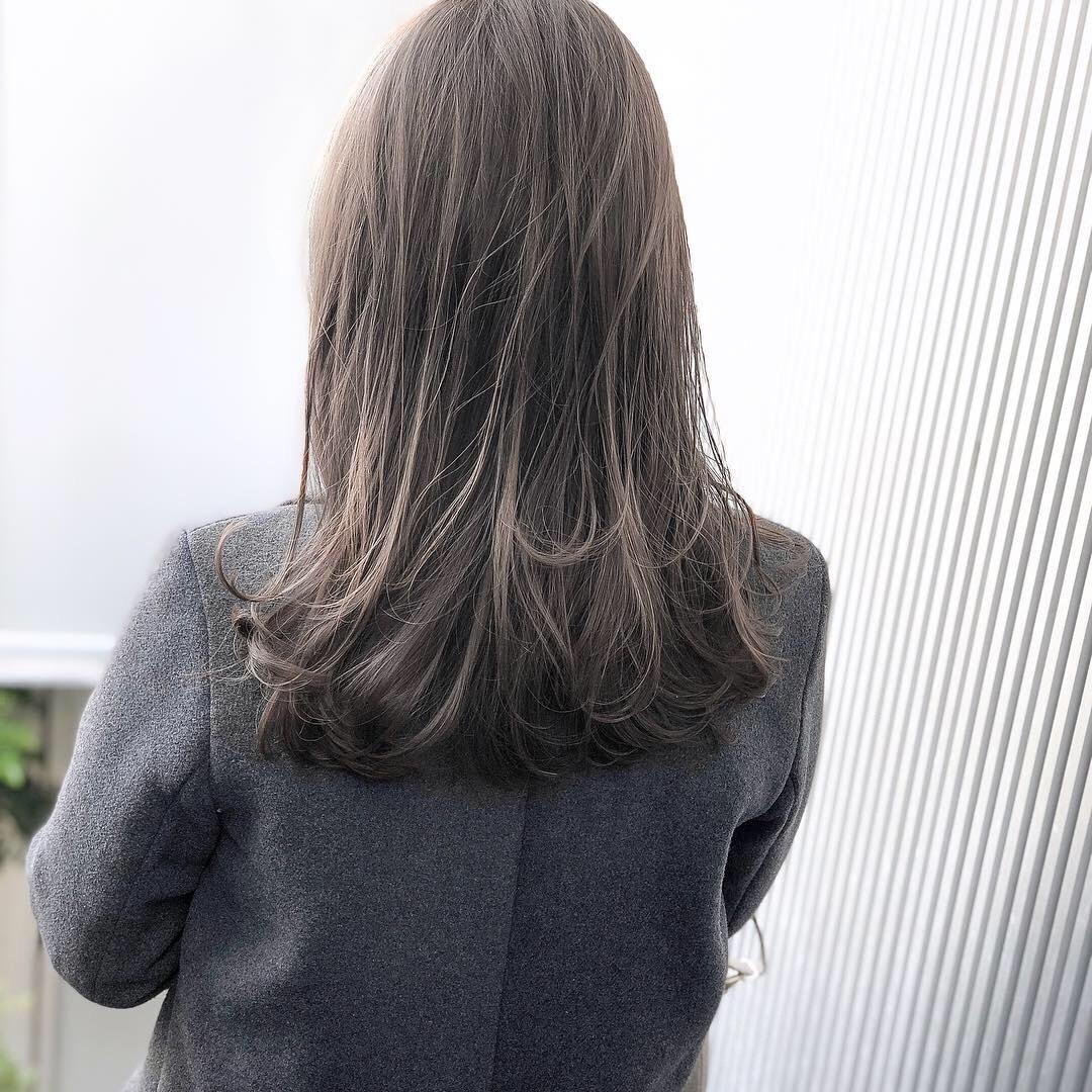 ハイライトを入れて2ヶ月。 馴染んできた時に被せるカラーもとてもキレイ(^^) 1度入れたハイライトは、ずっと残ります。  こなれ感のあるカラーを長く楽しめますよ! . . CUT  ロングヘア COLOR  10levelグレージュ  PERM  なし . . 【ハイライトグレージュロング】 #前髪 #グレージュ #透明感  #セミロング #アッシュ #ナチュラル #ガーリー #キュート #カジュアル #ストリート #オフィス #流し前髪 #丸顔