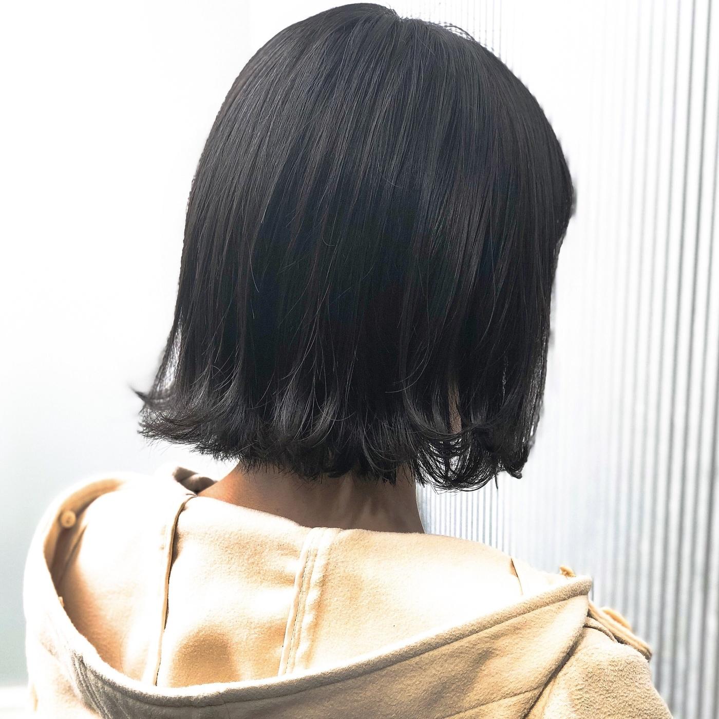 コンパクトなボブは、 首がキレイに見えて、 スタイリングもそのままでOKな お手入れが楽なスタイル。  ゼロアルカリストレートとの 相性も◎です(^^)  #前髪 #グレージュ #透明感  #ボブ #アッシュ #ナチュラル #ガーリー #キュート #カジュアル #ストリート #オフィス #流し前髪 #丸顔