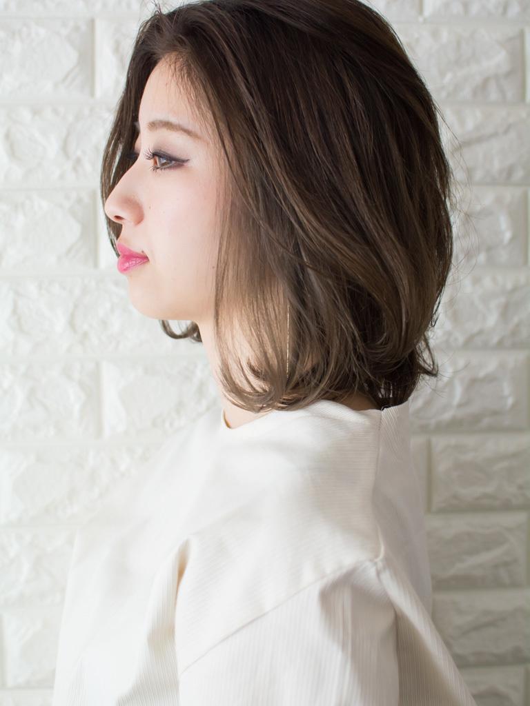 札幌 noine(ノイン) スタイリスト斉藤です。 ツヤと透け感のある「チタニュウムカラー」に仕上げています。 春に向けてオススメの毛先重めスタイル。 N.ナチュラルバーム&N.シーオイル仕上げ。 今回も「ピアス」「トップス」「スカート」は、僕が作りました。 「ピアス」サロンで販売しています。 #ナチュラル #オフィス noine#札幌#大通#スタイリスト斉藤#ピアス# #ボブヘア#ボア#ファッション#撮影#オフィス#オフ#カワイイ#ツヤアッシュ#ベージュ#スカート#トップス#N.ナチュラルバーム#N.シーオイル ファー#ファッション 外ハネ#切りっぱなし #アウター #チタニュウム#チタニュウムカラー#スカート#大人女子 #ミディアムヘア #うざバング #卵型 #インナーカラー