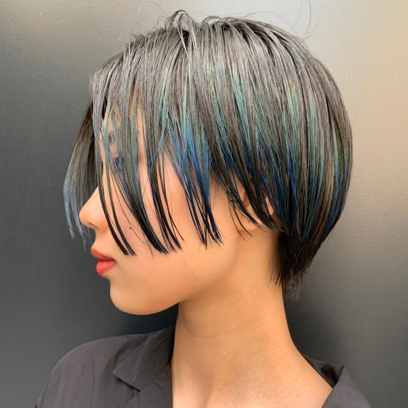 インナーブルーのハンサムショート☆ . サイドに入れた2ブロックの効果で、しっかりとサイドのラインは出すけど、重すぎない質感で😆 . PEEK-A-BOOならではの骨格、髪質、顔の形などを計算した上質なベースカットを駆使して、お客様ひとりひとりの雰囲気に似合うカットをさせていただきます😆 ご自宅での再現性、持ちのよさもバッチリです✨  ご自分でどんなヘアスタイルが似合うかわからない方、  カットで雰囲気を変えてみたい方、  今までカットで満足したことがない方など、、 ぜひ一度ご来店ください😊  しっかりとしたカウンセリング→カットでお客様にピッタリのヘアスタイルに仕上げます✨  DMからのご予約もOKです🎵  ホットペッパーはプロフィールのところにあるのでそちらからのご予約も◎  @toshiyaato のお店はこちら↓  お電話、ネット予約どちらも可能です😊  PEEK-A-BOO NEWoMan 新宿  新宿区新宿4-1-6 NEWoMan新宿4F  TEL📲 03 5361 6003  皆様のご来店心よりお待ちしております🙇♂️ #peekaboo#ピークアブー#ニュウマン#NEWoMan#新宿#美容室#ヘアスタイル#髪型#ヘアカタ#インナーカラー#ボーイフレンドボブ#ショートヘア#トランクスヘア#センターパート#ベリーショート#阿藤俊也#似合わせ#似合わせカット#ショート#ショートカット#ハンサムショート#トランクスヘア#トランクスショート