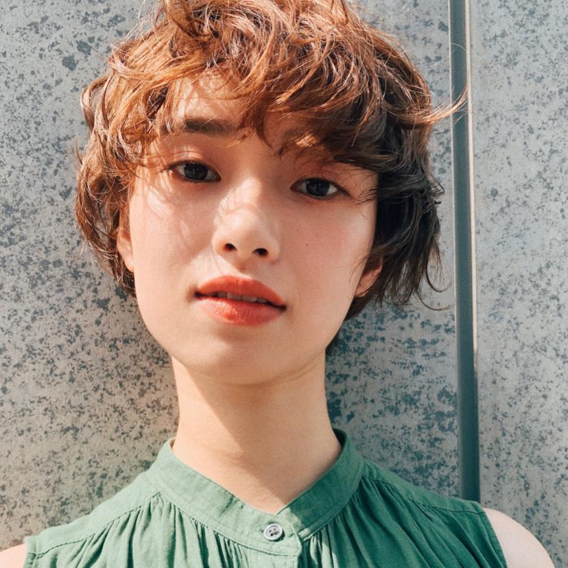 パーマを使ったハンサムショート⭐️ . 仕上げはハーフドライにバームorワックスで そのまま自然乾燥の楽ちんスタイリング⭕️ . アンニュイ長さのサイドの髪が女の子の色気を➕ . PEEK-A-BOOならではの骨格、髪質、顔の形などを計算した上質なベースカットを駆使して、お客様ひとりひとりの雰囲気に似合うカットをさせていただきます✂️ ご自宅での再現性、持ちのよさもバッチリです✨  ご自分でどんなヘアスタイルが似合うかわからない方、  カットで雰囲気を変えてみたい方、  今までカットで満足したことがない方など、、 ぜひ一度ご来店ください😊  しっかりとしたカウンセリング→カットでお客様にピッタリのヘアスタイルに仕上げます✨  DMからのご予約もOKです🎵  ホットペッパーはプロフィールのところにあるのでそちらからのご予約も◎  @toshiyaato のお店はこちら↓  お電話、ネット予約どちらも可能です😊  PEEK-A-BOO NEWoMan 新宿  新宿区新宿4-1-6 NEWoMan新宿4F  TEL📲 03 5361 6003  皆様のご来店心よりお待ちしております🙇♂️  . #peekaboo#ピークアブー#ニュウマン#ヘアスタイル#ヘアカタ#ヘアカタログ#ショートカット#ショートヘア#ハンサムショート#ベリーショート#阿藤俊也#似合わせ#似合わせカット#ハンサムヘア#大人ショート#パーマ#パーマヘア