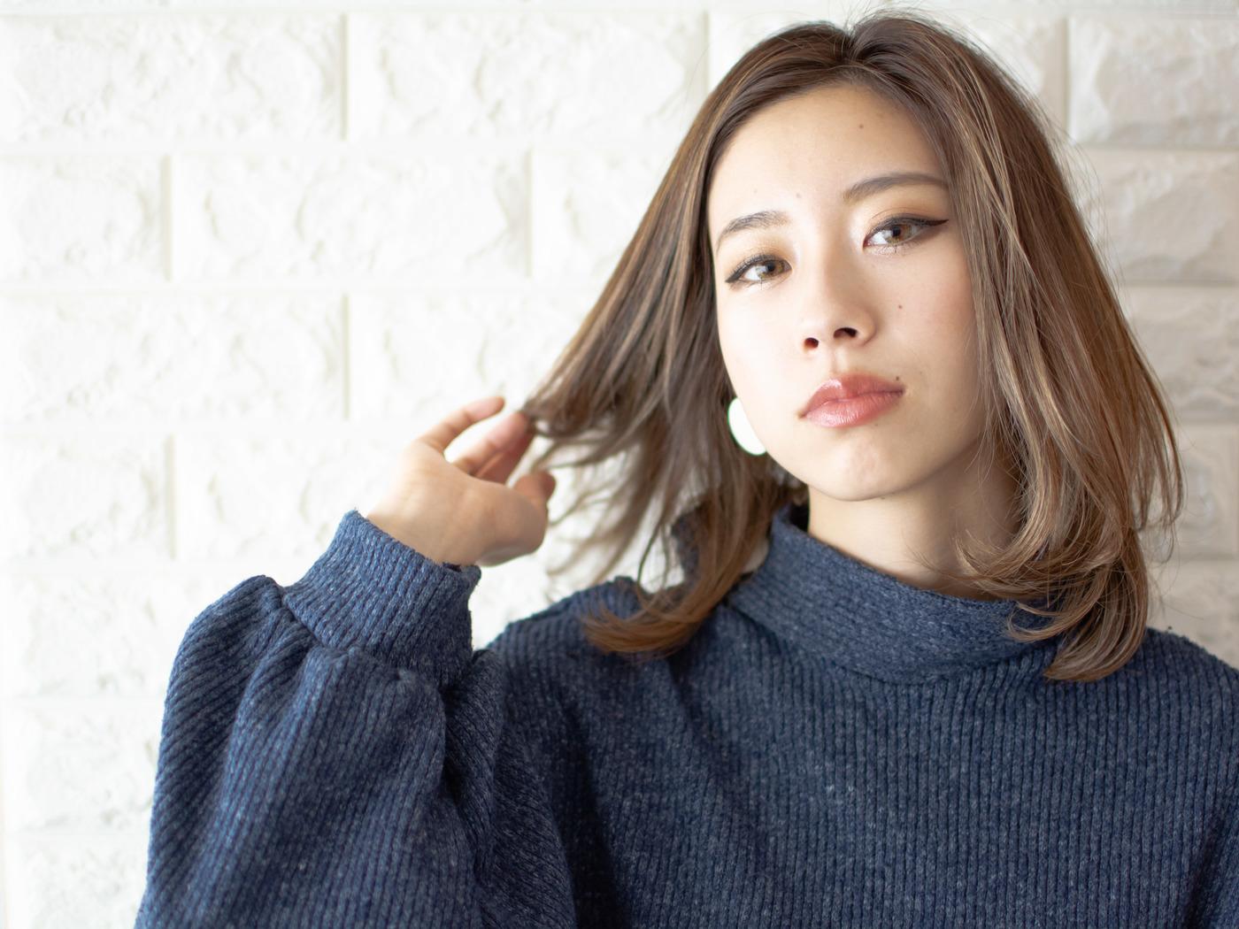 札幌 noine(ノイン) スタイリスト斉藤です。 ツヤと透け感のある「チタニュウムシルバー」のデザインカラーで仕上げました。 冬に向けてオススメのミディアムスタイル。 N.スタイリングセラム&N.シーオイル仕上げ。 今回も「ピアス」「ニットワンピース」僕が作りました。 「ピアス」minnneで販売しています。[niin.sopo]で、出てきます。  #ナチュラル #オフィス noine#札幌#大通#スタイリスト斉藤#ピアス# 洋服#ファッション#撮影#オフィス#パンツ#カワイイ#ワンピース#ベージュ#ボブ#トップス#N.ナチュラルバーム#N.#シーオイル #外国人風#ファッション #外ハネ#切りっぱなし #ブルーティール#チタニュウムカラー#大人女子 #HUEカラー #ハンドメイド #シルバー #ノースリーブ #カジュアル #ストリート #ミディアムヘア #かきあげ #卵型 #ハイライト