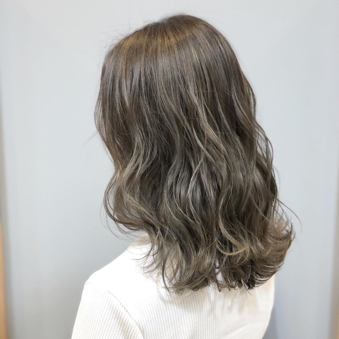 【アッシュグレージュcolor】 ハイライト入れました。  全体ブリーチだと髪へのダメージが心配で、色落ちの金髪も気になる方が多いと思います。 でも透明感欲しくて、綺麗な色やしたい色はブリーチ使用してる事が多いので、今回はハイライトを全体に入れて理想的な透明感あるアッシュグレージュを実現!  一度ハイライト入れてたら 毎回ハイライトしなくても履歴あればワンカラーで何度か楽しめるのでオススメです^ ^  仕上げは26㍉で波&mix。  haircolor#アッシュベージュ #グレージュカラー #アッシュカラー#エヌドット #撮影#ヘアスタイル#ヘアカタログ#ヘアアレンジ#アレンジ#波ウェーブ#外国人風ヘアカラー #ヘアセット#ヘアメイク#ファッション#ゆる巻き#巻き髪#外国人風 #撮影モデル募集 #モテ髪#岡山美容室#岡山美容師#美容室MICHI#古作蓮#外国人風ヘアカラー#サロンモデル #サロンスタイル #ハイライトカラー #アッシュグレー #hairset