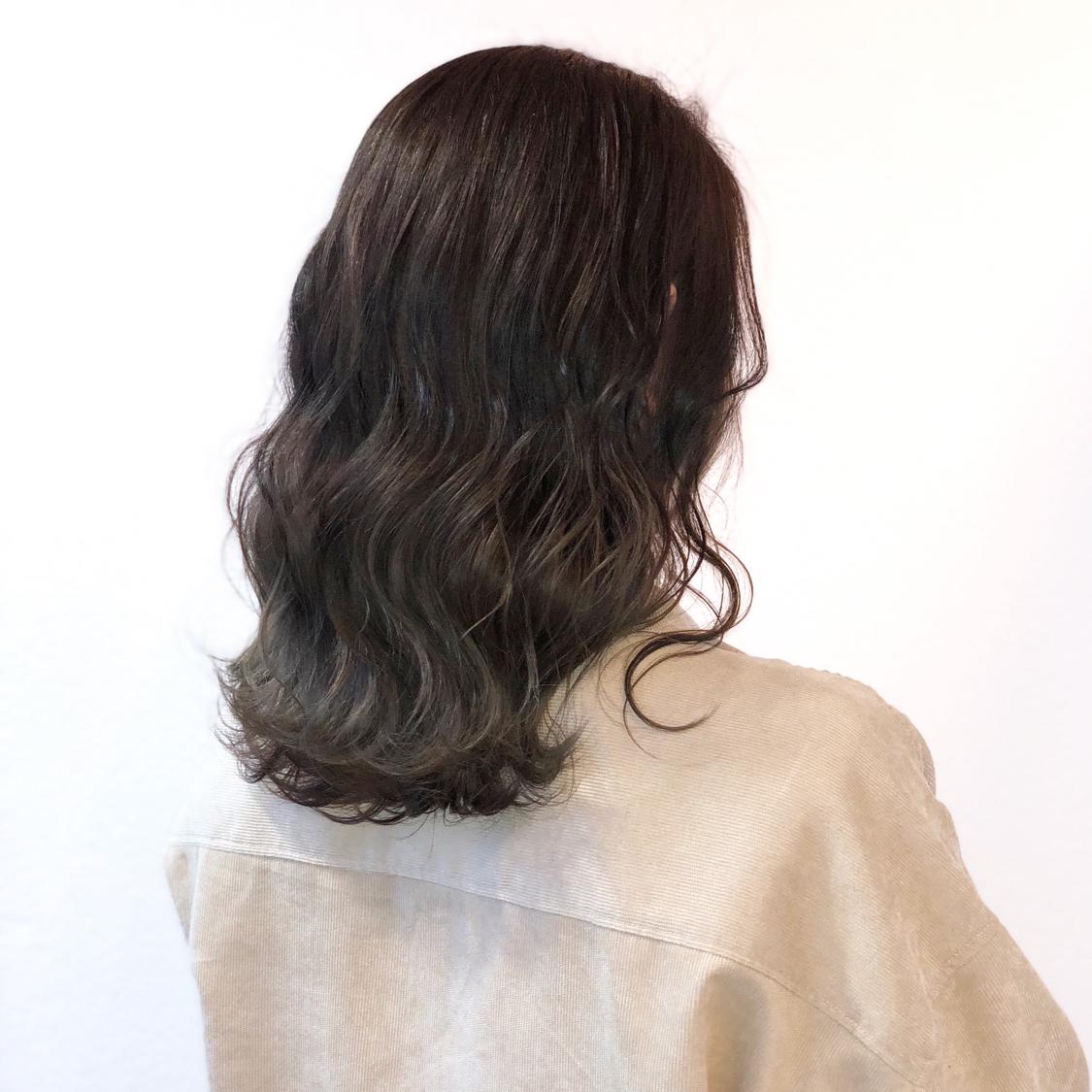【アッシュグレージュcolor】 バレイヤージュcolor,  全体ブリーチだと髪へのダメージが心配で、色落ちの金髪も気になる方が多いと思います。 でも透明感欲しくて、綺麗な色やしたい色はブリーチ使用してる事が多いので、今回はハイライトを全体に入れて理想的な透明感あるアッシュグレージュを実現!  一度ハイライト入れてたら 毎回ハイライトしなくても履歴あればワンカラーで何度か楽しめるのでオススメです^ ^  仕上げは26㍉で波&mix。  N.ポリッシュオイルで完成!  #岡山美容室#岡山美容師#サロンモデル#サロンスタイル#グレージュカラー #外国人風グラデーションカラー#hair#オシャレ#波ウェーブ#hairstyle#haircolor#3dカラー#髪型#古作蓮#フォローしてくれた人全員フォローする #外国人風#beauty#西海岸風#撮影モデル#美容室MICHI#michi富田店#大元駅#大元駅美容室#stylist#followme#オリーブアッシュ #カリスマ美容師#アッシュグレー #サロンワーク#外国人風カラー