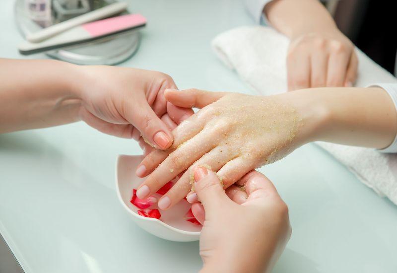 ネイルケアの後のマッサージ、爪もみ療法とは…?