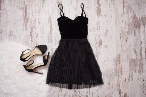 《シンプルな黒ドレス》で周りと差をつけるパーティドレス特集