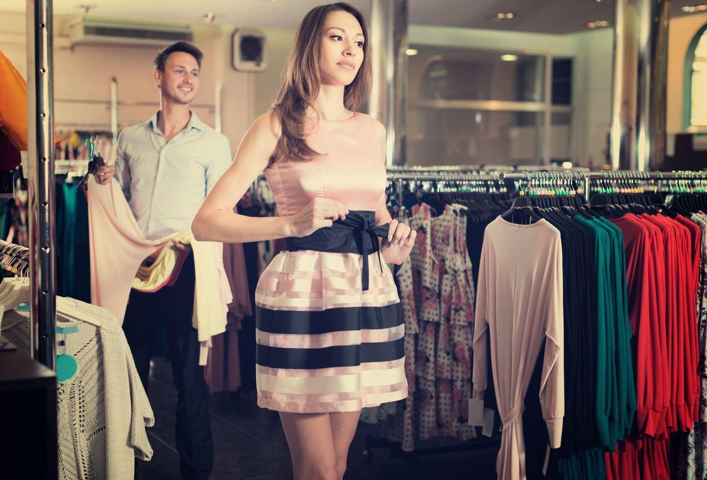 dce3898a30ae9 www.shutterstock.com. まず、花嫁以外が白のドレス ...