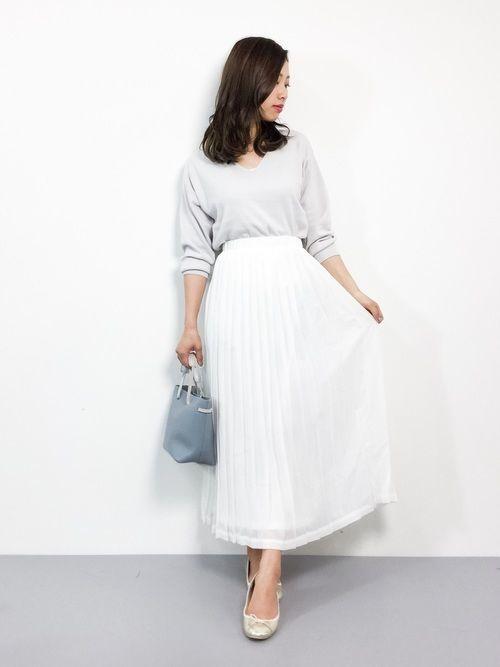 11aed19f3f3897 おしゃれの幅がぐっと広がる春のコーデにマストアイテムなのが、着るだけで一気に春らしいシーズンムードを盛り上げてくれる白のプリーツスカート。どんなコーデに も ...