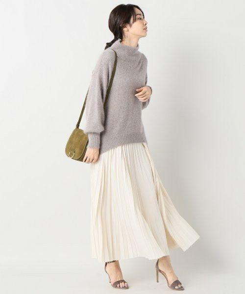 温かいニットと合わせても、白のプリーツスカートが爽やかな春らしさを演出してくれるので、春らしいコーデに簡単にシフトできますよ♪