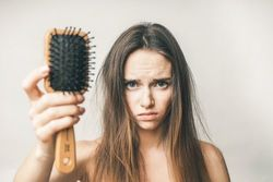 汚いヘアブラシは美髪の敵!タイプ別ヘアブラシのお掃除法をご紹介♡