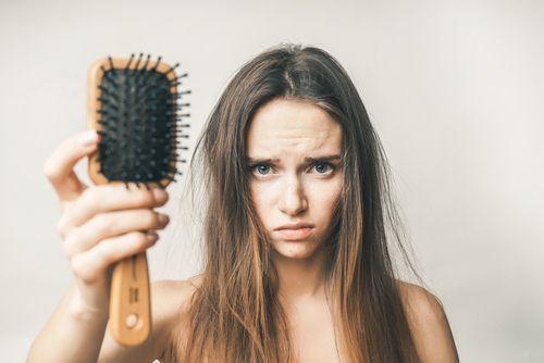 汚いヘアブラシは美髪の敵!タイプ別ヘアブラシのお掃除法をご紹介♡の1枚目の画像