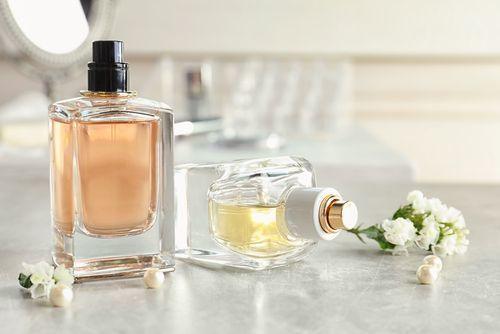 思わず「いい匂い…」男性陣がうっとりする♡男ウケ香水とつけ方