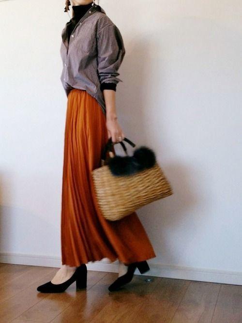 906439b5b8752 オレンジスカートをグレーのトップスと合わせると、シンプルなのにどこかセンスを感じるコーデが完成しますよ。鮮やかで存在感のあるオレンジスカートには、やわらかい  ...