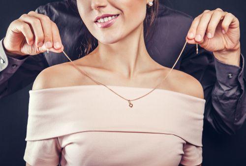 人気のネックレスをチェック♡彼女に渡すプレゼントに悩む男性必見!